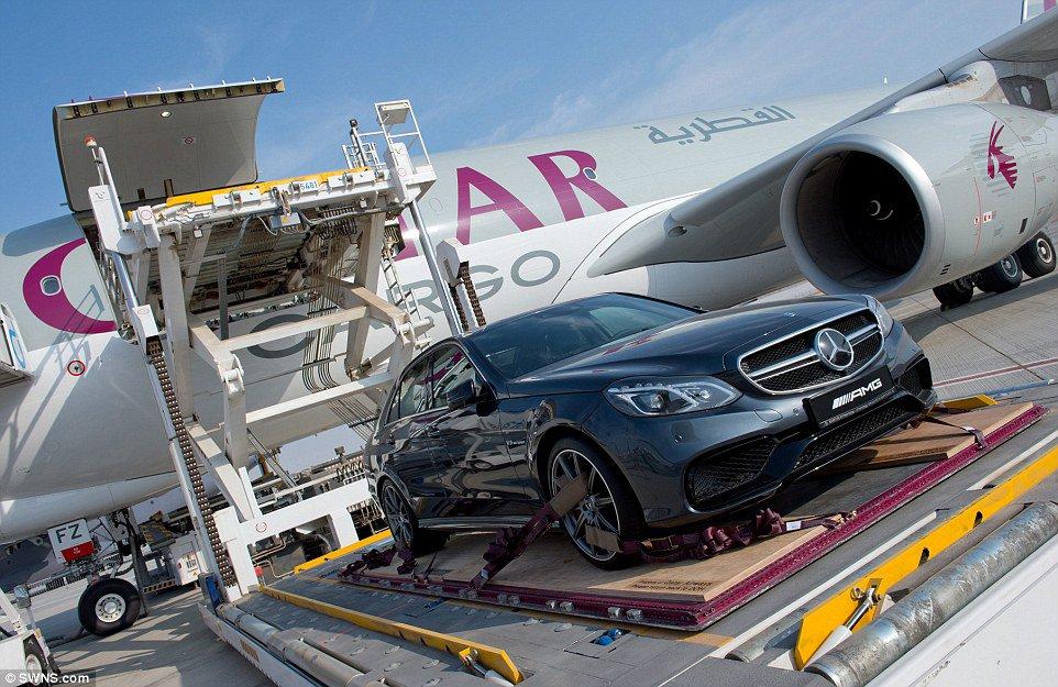 Carro é embarcado em um Airbus A330 da Qatar Airways