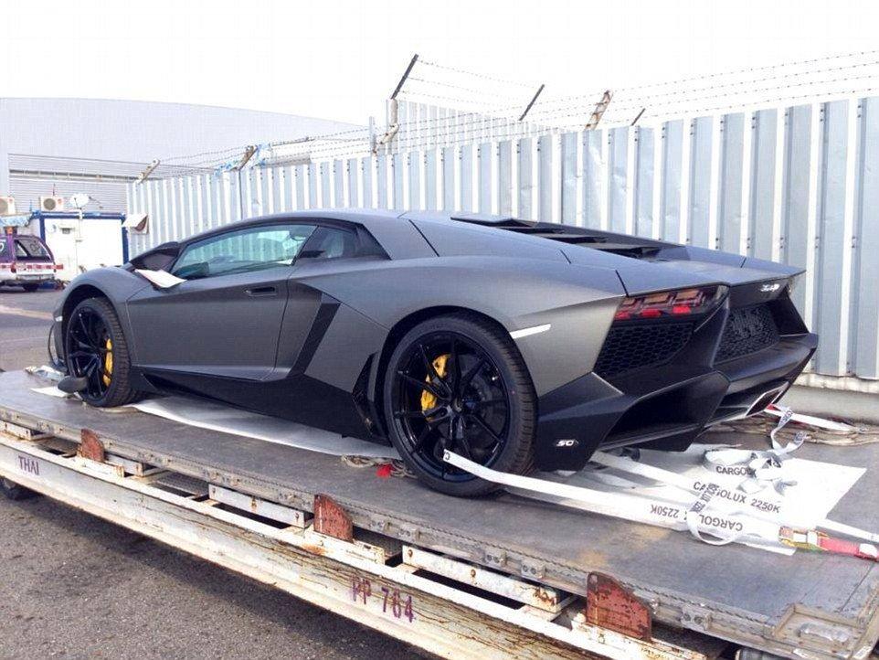 Lamborghini aventador, que vale cerca de 1 milhão de reais, preparando para ser transportado