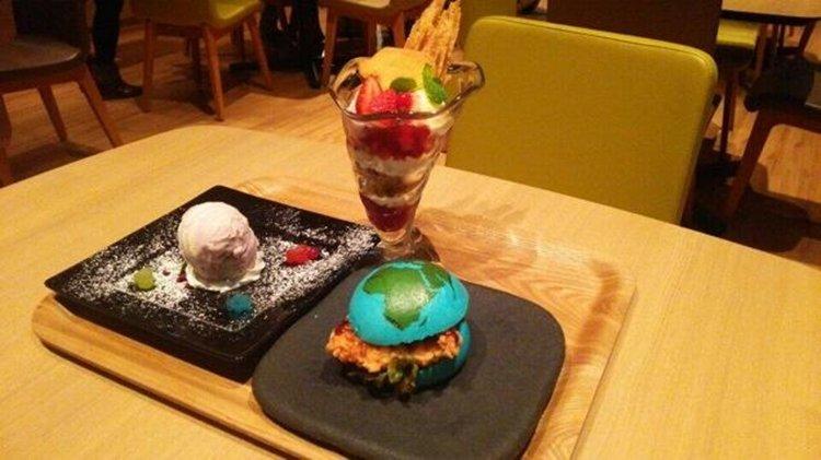 """Lanchonete de museu japonês vende """"apetitosos"""" hambúrgueres azuis"""
