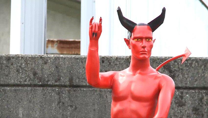 Direto e reto: cidade canadense amanhece com figura de Satã com pênis ereto
