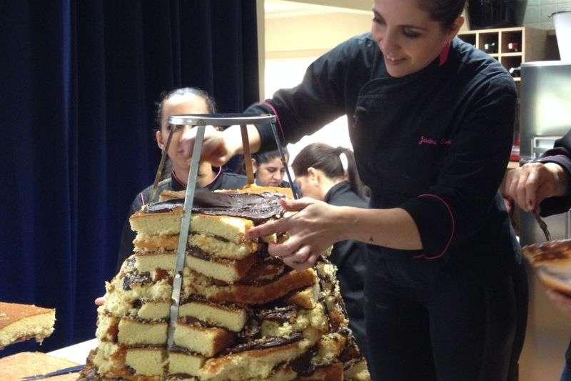 Veja as fotos do cupcake gigante produzido por uma chef brasileira