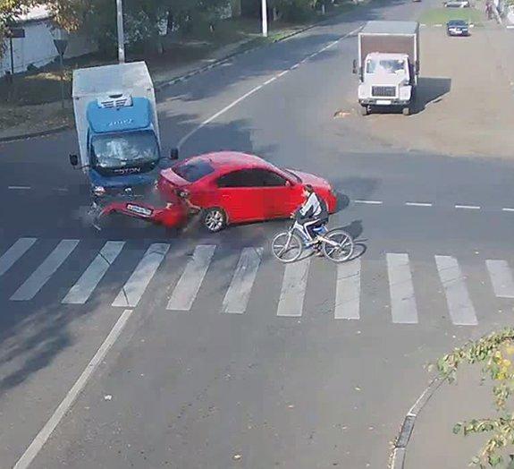 Ciclista sortudo sai ileso de acidente com caminhão na Rússia [vídeo]