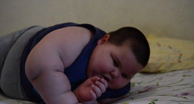 Garoto brasileiro não consegue parar de comer e, aos 3 anos, já pesa 70 kg