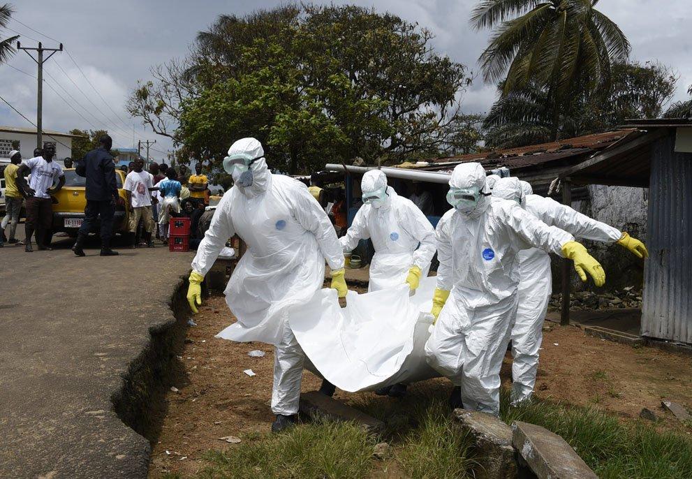 Ensacados: médicos se protegem contra ebola envoltos em plástico [galeria]