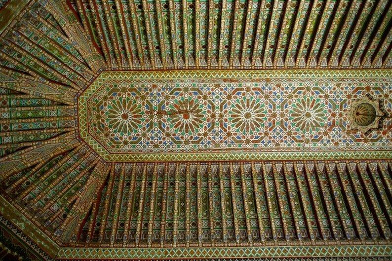 Detalhe do teto no interior do Palácio El Bahia