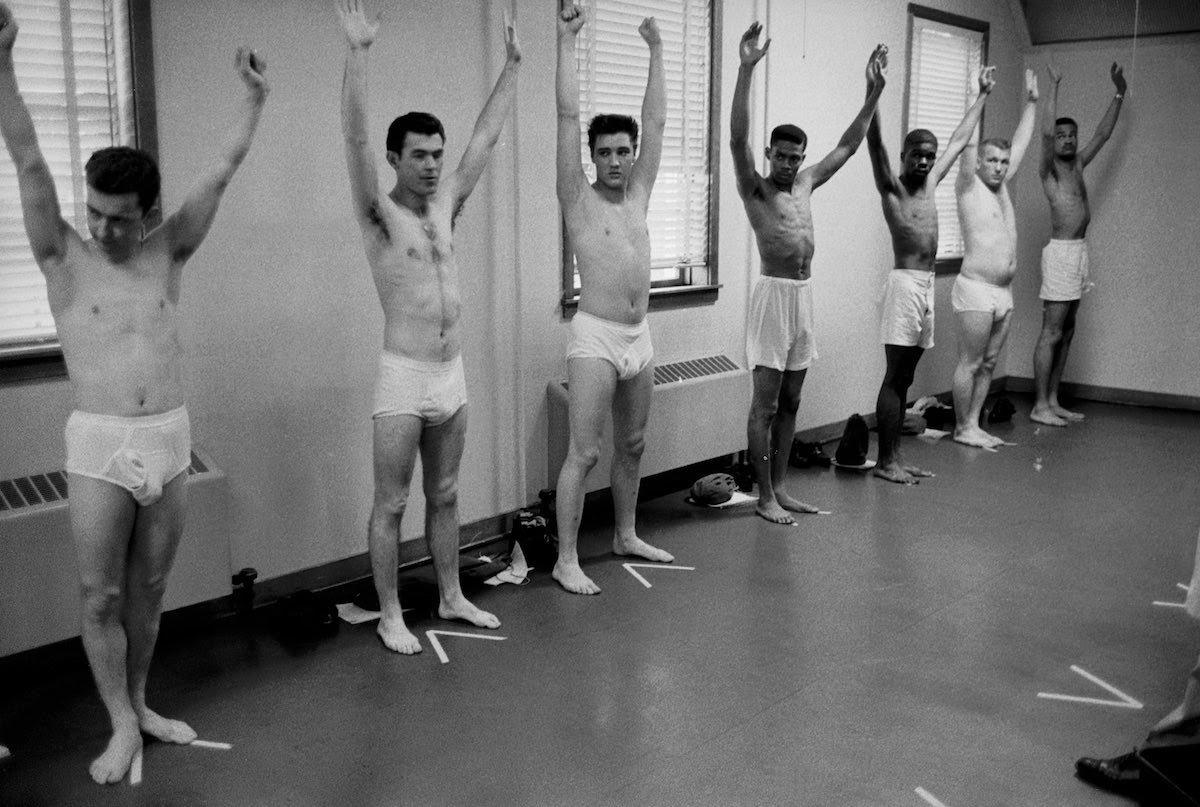 Confira uma seleção de fotos raras de quando Elvis Presley foi soldado