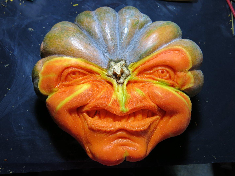 Em clima de Halloween: artista faz esculturas assustadoras com abóboras