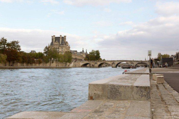 Les Berges /Port de Solférino (com o Louvre ao fundo), Paris.