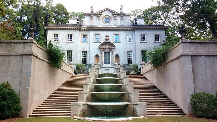 Fachada da Swan House, onde foram filmadas as cenas da mansão do presidente Snow.