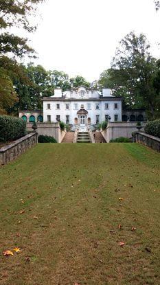Visão mais afastada da mansão, onde há apenas grama.