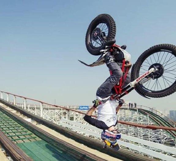 Red Bull se supera e coloca motociclista fazendo manobras em montanha-russa