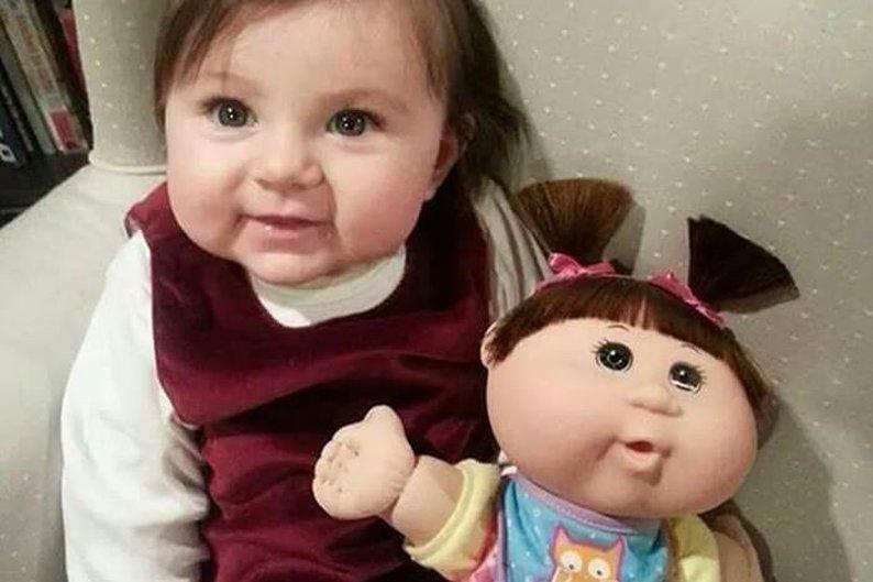 Menina bebê e boneca