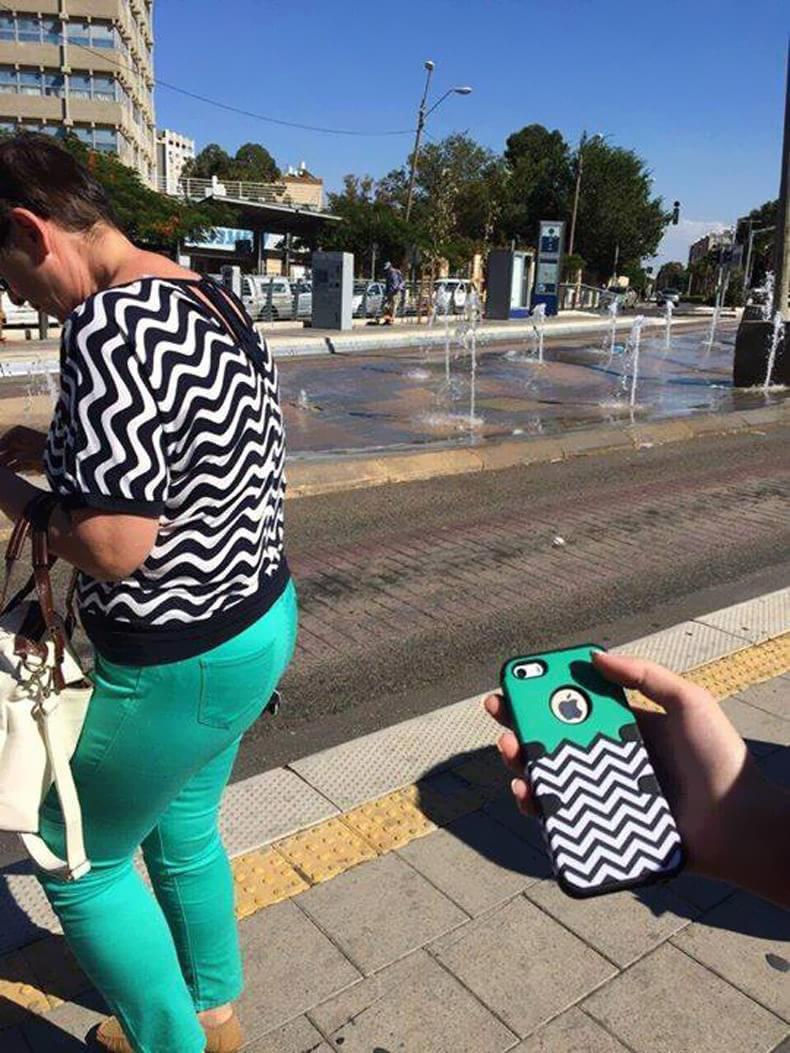 Visual da roupa da mulher e capinha de celular
