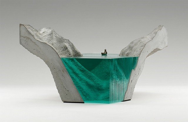 O trabalho do surfista que virou escultor e faz obras incríveis com vidro