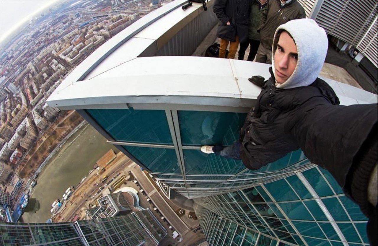 Sem medo, jovem russo tira selfies em situações perigosíssimas