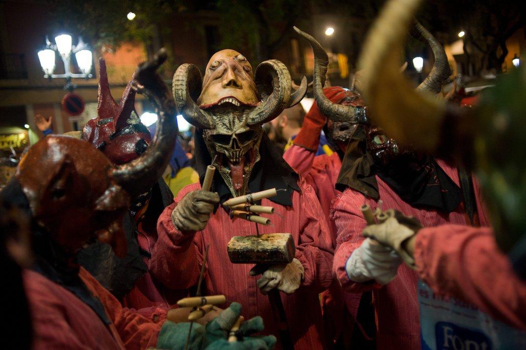 Festival traz pessoas vestidas de demônios soltando fogos de artifício