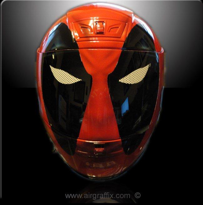Vire o motociclista mais estiloso das ruas com capacetes de heróis e vilões