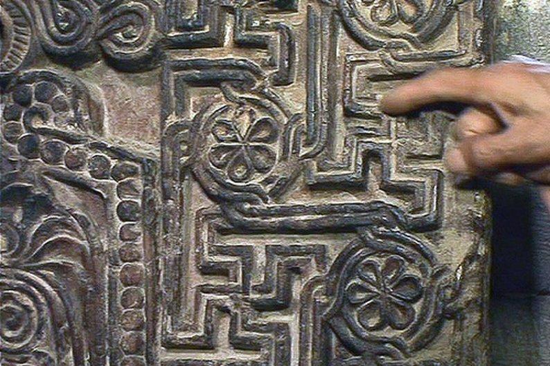 """Detalhe de um """"khachkar"""", pedra comemorativa de origem armênia produzida na Idade Média"""