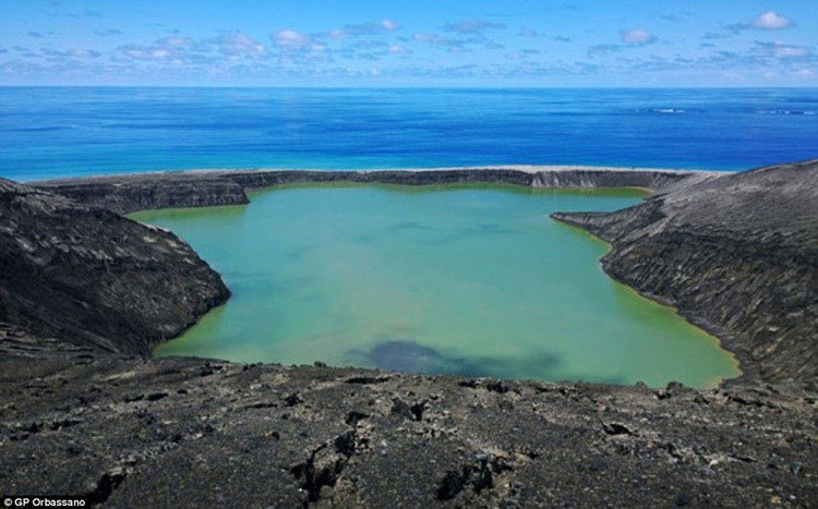 Vulcão submerso dá origem a ilha de praias negras em pleno Oceano Pacífico