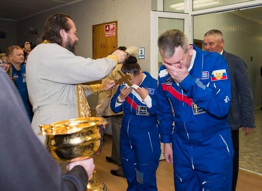Tudo pela proteção: astronautas passam por ritual bizarro antes de viajar