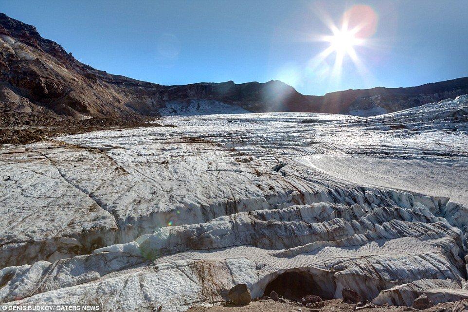 Imagens impressionantes mostram arco-íris preso em caverna de gelo