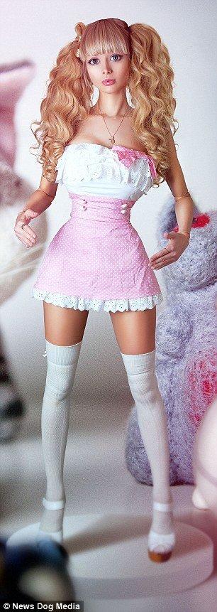 Nova 'Barbie Humana' russa de 26 anos vive como uma verdadeira boneca