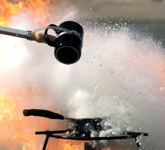 Não jogue água em uma panela com óleo pegando fogo. Veja por quê [vídeo]