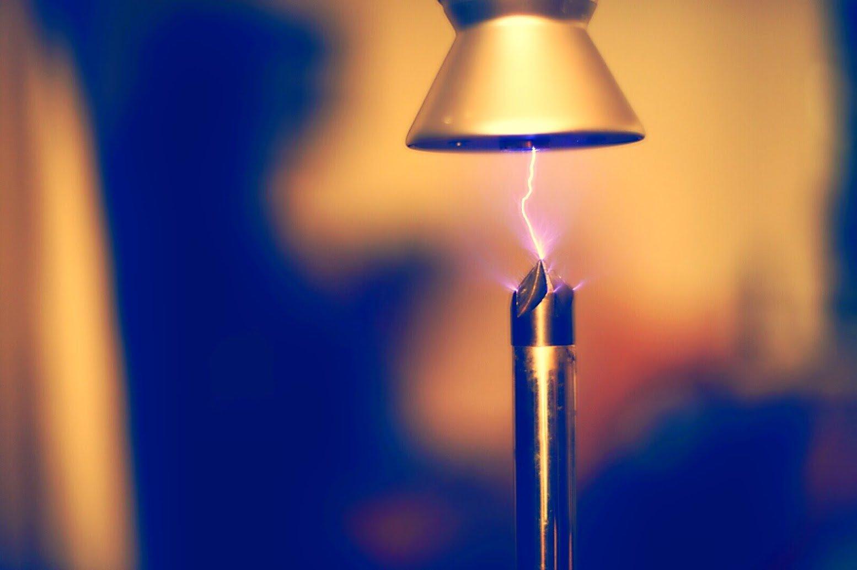 Bobina de Tesla: confira uma 'microtempestade de raios' em fotos