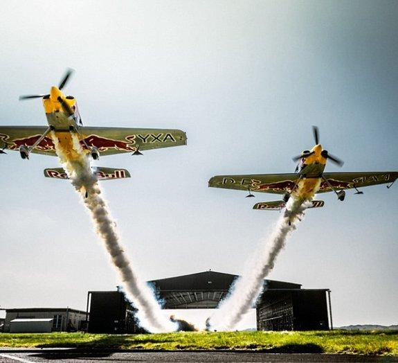 Veja dupla de aviões voando em formação por dentro de um galpão [vídeo]