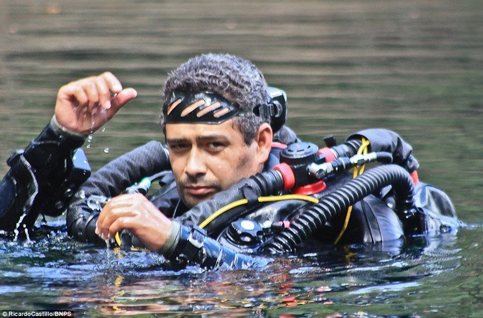 O mergulhador mexicano Ricardo Castillo, com seu equipamento