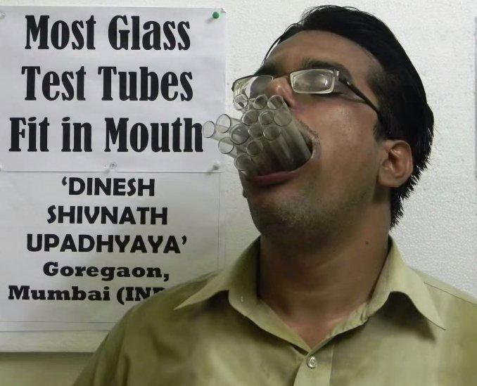 Professor indiano bate vários recordes enfiando coisas bizarras na boca