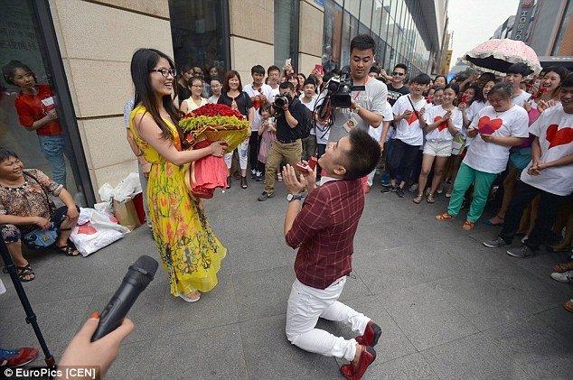 Chinês é preso por pedir sua namorada em casamento em público