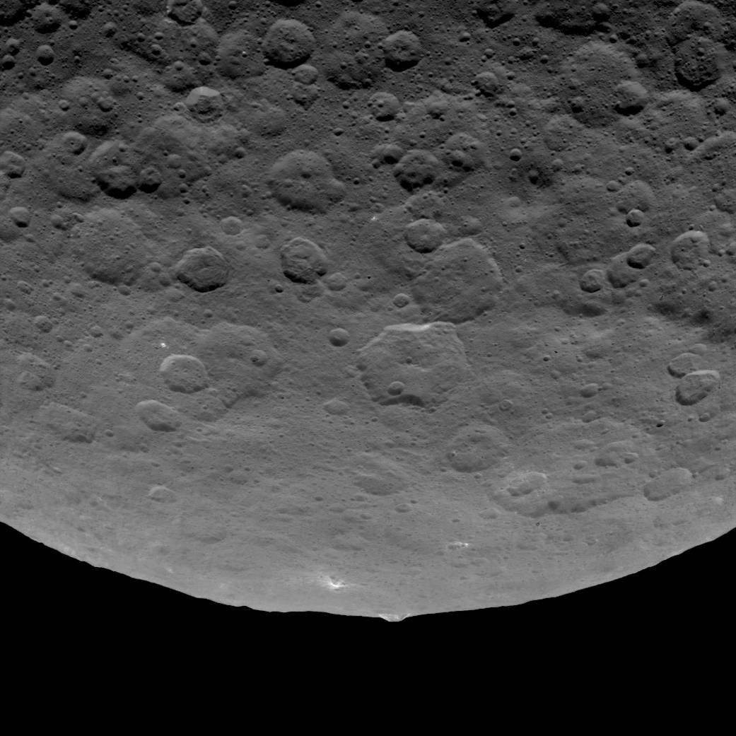 Pontos brilhantes e a pirâmide em Ceres
