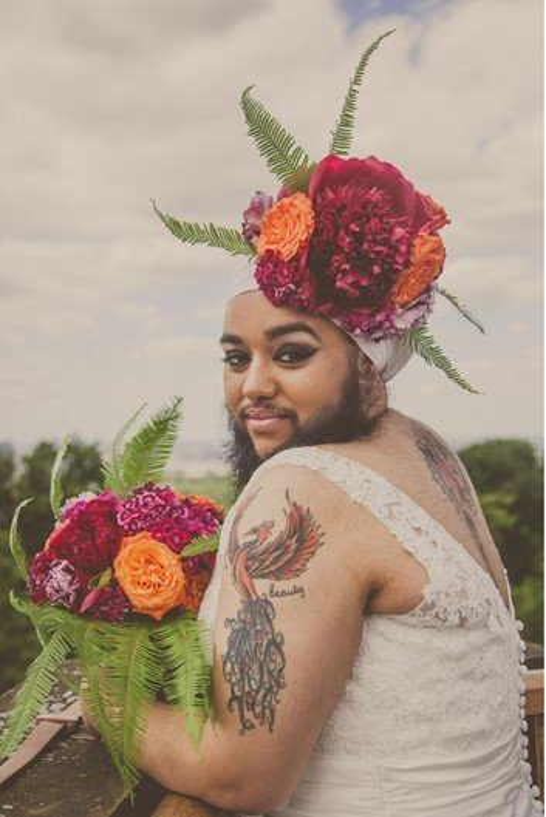 Quebrando tabu: mulher posa vestida de noiva com flores na barba