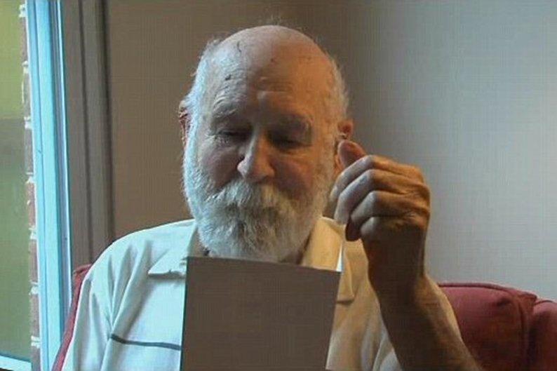 Duane Schrock Sr. lê o cartão de Dia dos Pais que levou 26 anos para ser entregue