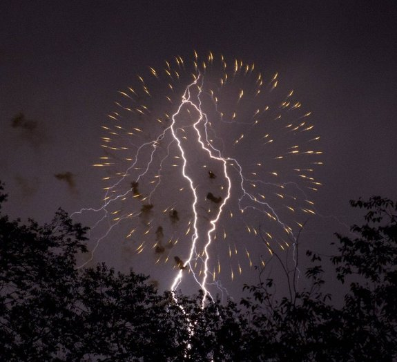 Relâmpagos cortam o céu durante queima de fogos do 4 de julho [vídeo]