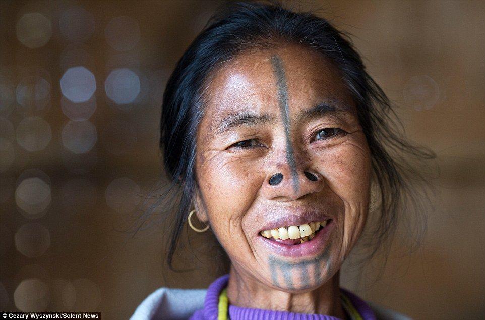 Saiba por que estas mulheres usam alargadores e tatuagens no rosto