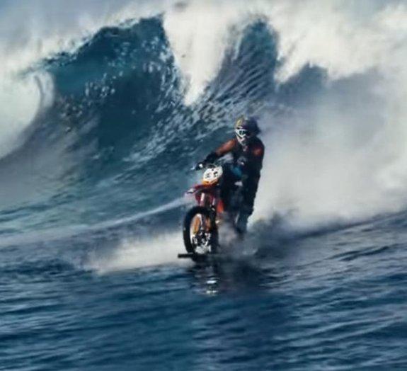 Surreal: piloto surfa onda com sua moto no Taiti [vídeo]