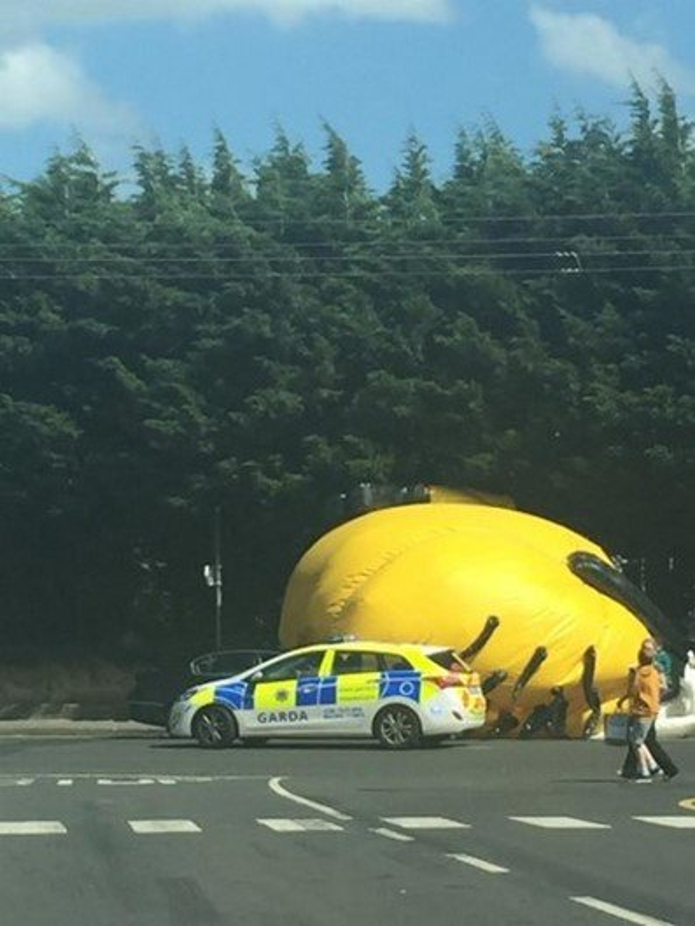 Minion gigante voador assusta moradores de Dublin, na Irlanda
