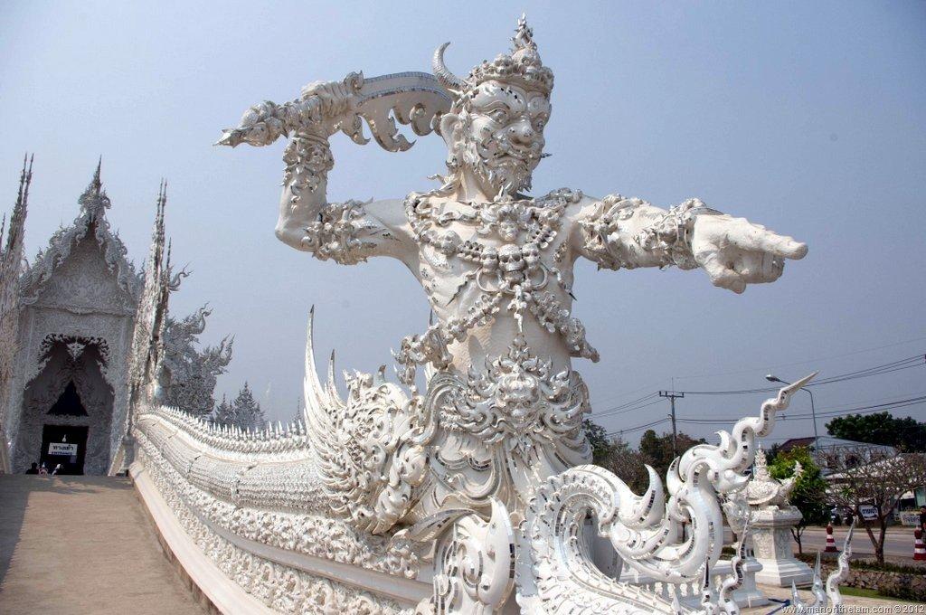 Detalhe de escultura na ponte que leva à entrada do templo