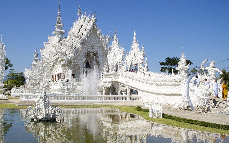O Templo Branco é cercado por um lago