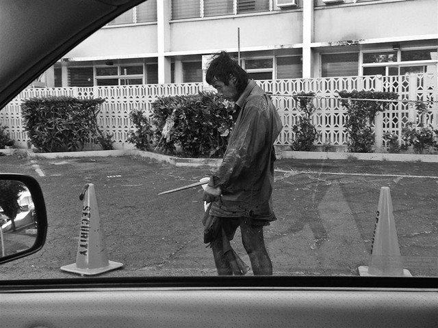 Fotógrafa reencontra o pai entre moradores de rua ao produzir ensaio