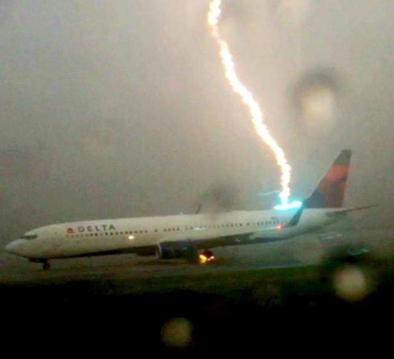 Homem filma avião sendo atingido por um raio nos EUA [vídeo]