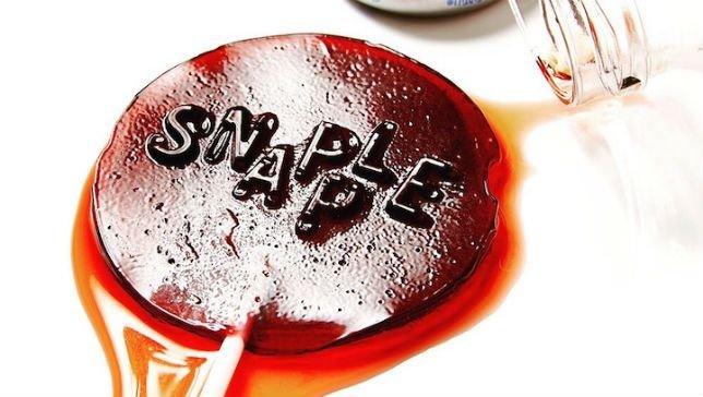 Artista cria pirulitos a partir de refrigerantes para alertar sobre açúcar