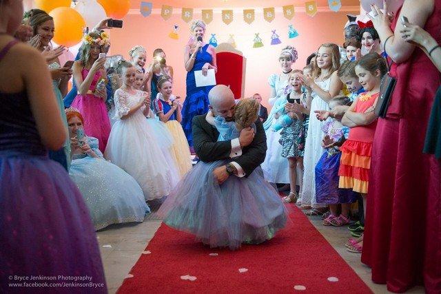 Garota em estágio terminal de câncer ganha festa de aniversário grandiosa