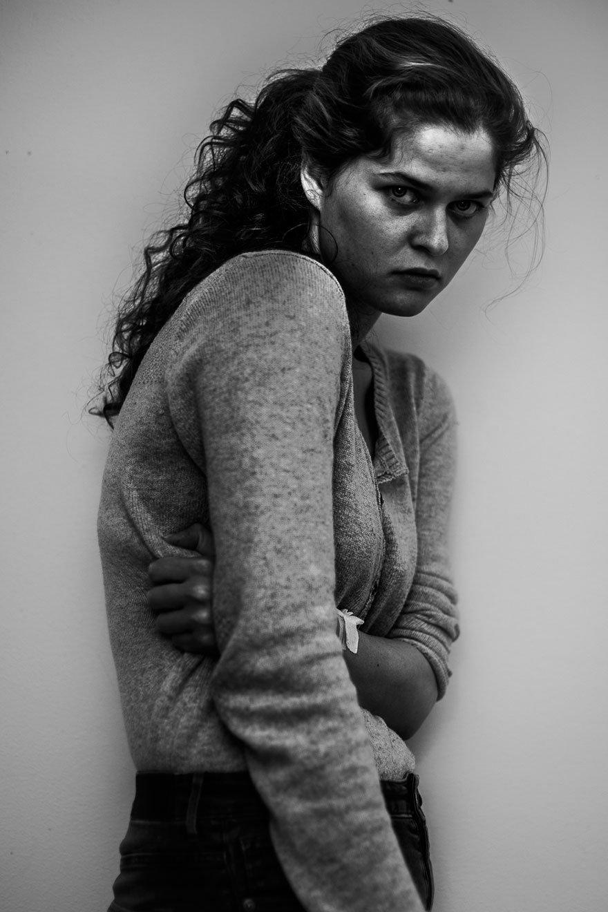 Garota tira fotos dela mesma dentro de hospício após tentativa de suicídio