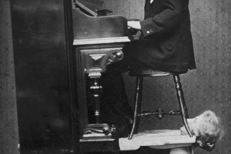 Esta mulher que aguentava o peso de um piano e um homem