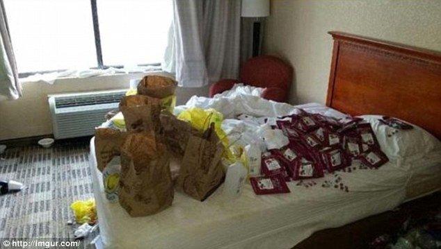 Muitas embalagens espalhadas sobre a cama e isso não foi a pior coisa que os funcionários encontraram