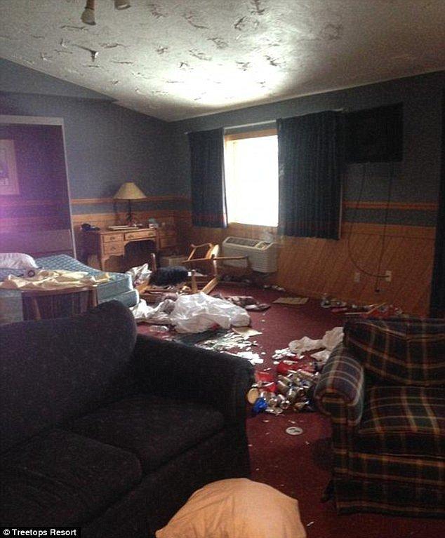 Os quartos também ficaram com sujeira e lixo, além de objetos quebrados