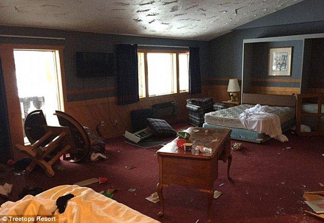 """Outro quarto com """"o que restou"""" da hospedagem dos estudantes"""